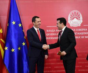 Премиерот Заев и директорот на ЕСМ Ковачевски: Со 19 милиони евра ќе се набави механизација за ископ на јаглен и јаловина во РЕК Битола, за што од 2008 до 2017 биле потрошени околу 230 милиони евра